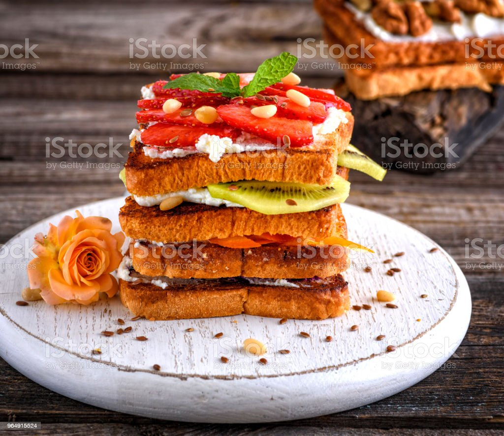 法式土司烤乾酪和草莓 - 免版稅三文治圖庫照片