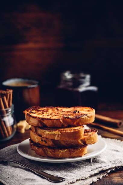 französische toasts auf weißem teller - schokolade gebratene kuchen stock-fotos und bilder