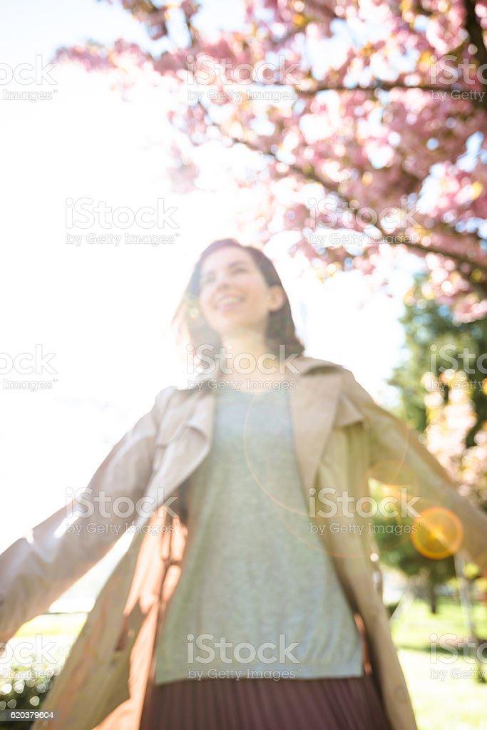 F turystycznych kobieta w Paryżu na wiosnę zbiór zdjęć royalty-free