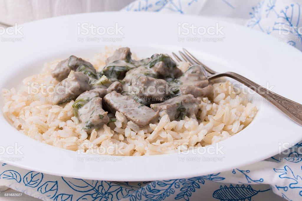 Français le ragoût de veau avec une assiette en porcelaine blanche. Blanquette de à la viennoise. - Photo