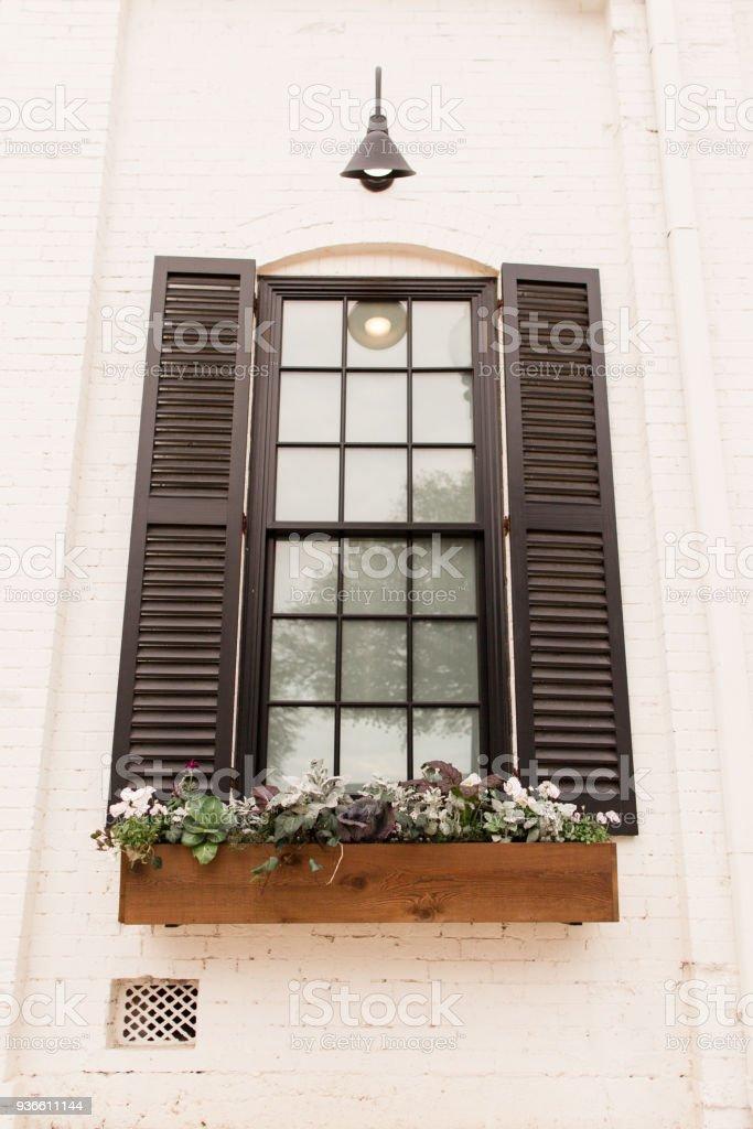 Französische Fenster Mit Schwarzen Fensterläden Fenster Blumenkasten  Stockfoto und mehr Bilder von Abstrakt