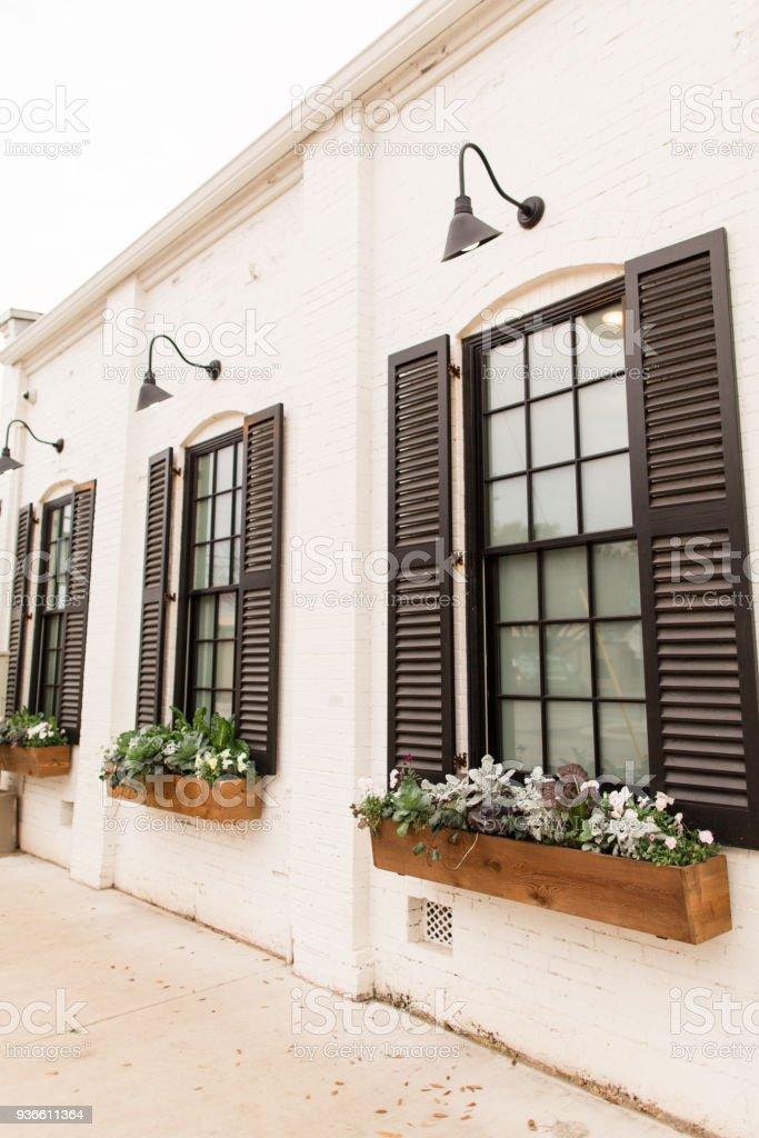 Französische Fenster Mit Schwarzen Fensterläden Fenster Blumenkasten ...