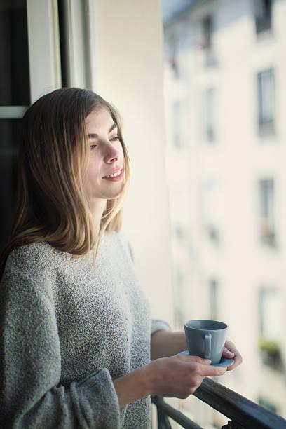 フランス女性、キャップ付きのコーヒー ストックフォト