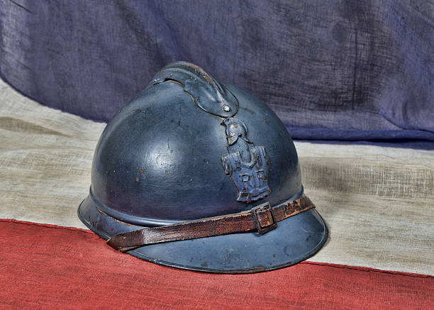 French ww un casque sur l'ancien drapeau tricolore - Photo