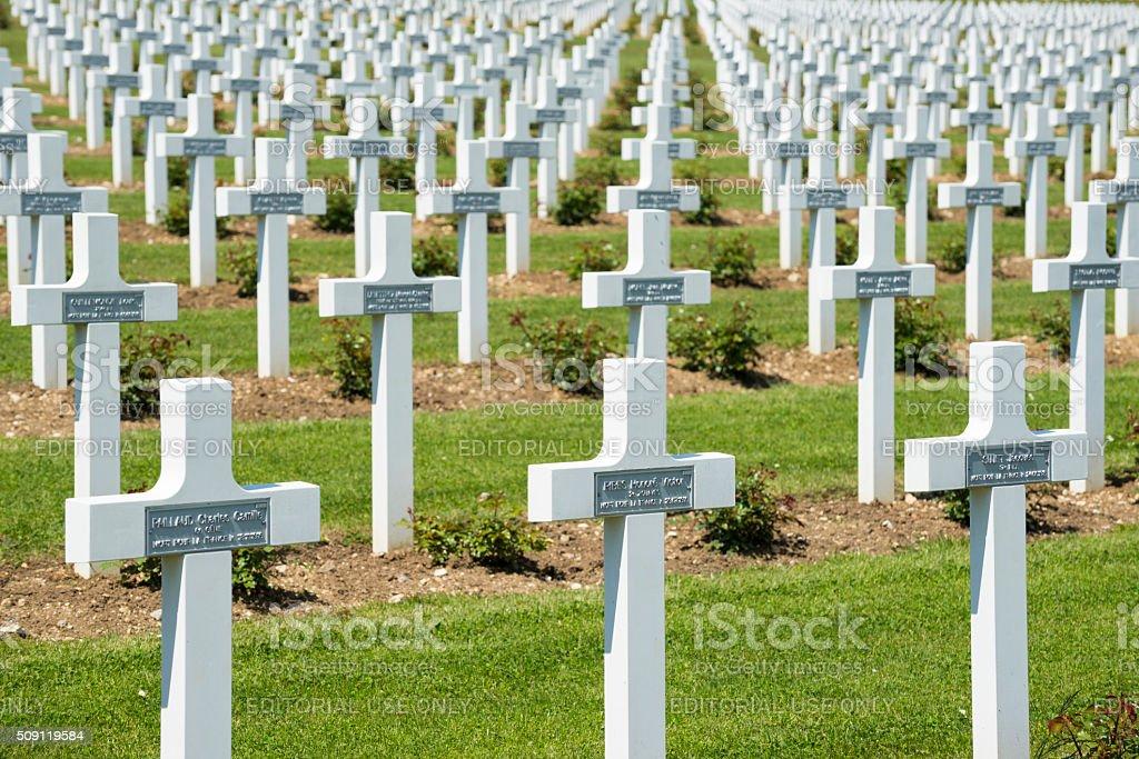 F I WOJNA ŚWIATOWA Gravesa w Douaumont Ossuarium w pobliżu Verdun, Francja – zdjęcie