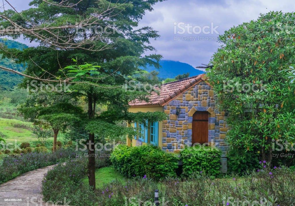 Casa de campo estilo francês na bela paisagem rural - Foto de stock de Aldeia royalty-free