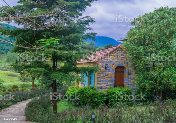 Foto de Casa De Campo Estilo Francês Na Bela Paisagem Rural e mais fotos de stock de Aldeia