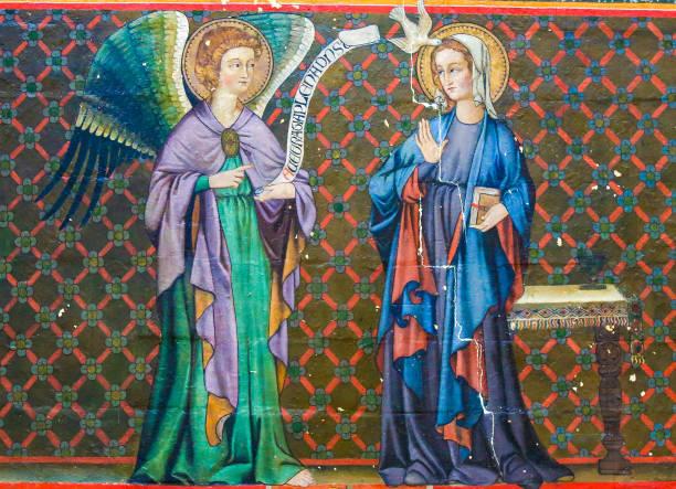 fresko in bayeux kathedrale - die verkündigung - gothic bilder stock-fotos und bilder
