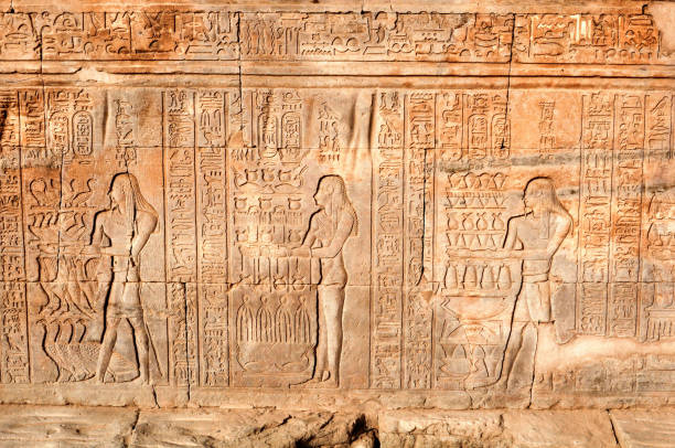 Frescos and hieroglyphs on the Egyptian wall Frescos and hieroglyphs on the Egyptian wall ancient civilization stock pictures, royalty-free photos & images