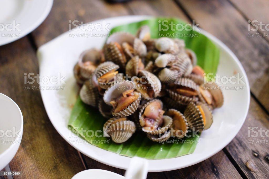 Suave fresco y delicioso hervido berberechos sangre concha comida tailandesa - foto de stock