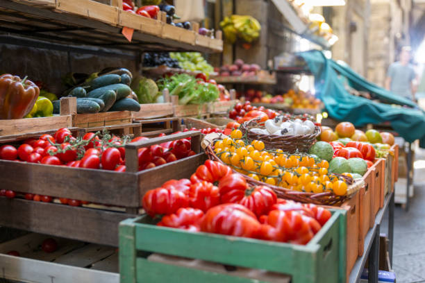 新鮮でヘルシーな野菜とカラフルなフルーツ - 商売場所 市場 ストックフォトと画像