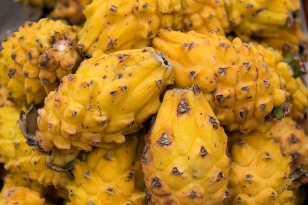 frisch und saftig drachenfrucht für verkauf, south america straßenmarkt - kaktusfrucht stock-fotos und bilder