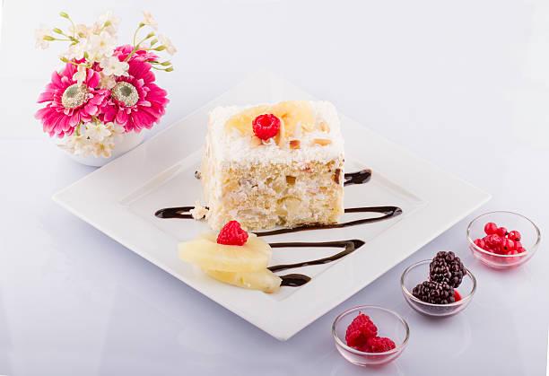 frisch und süß berry kuchen auf weißen teller - ananaskuchen stock-fotos und bilder