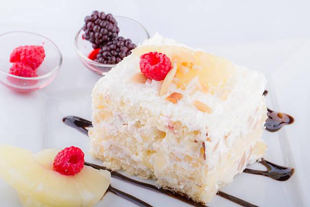 frisch und süß berry kuchen auf weißen teller - kokoskuchen stock-fotos und bilder