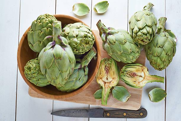 Recién artichokes para cocinar - foto de stock