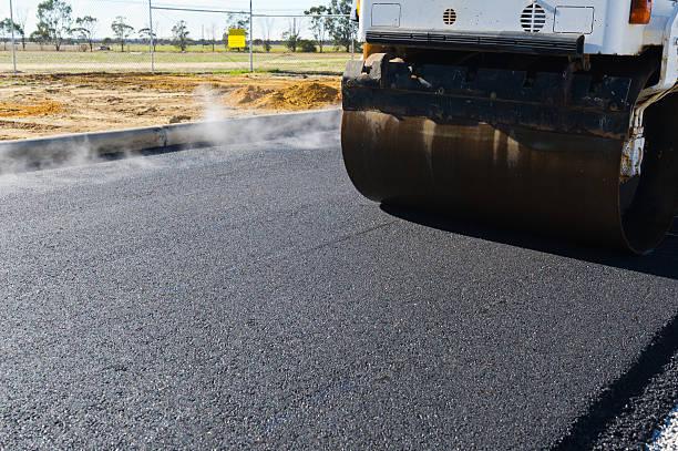 Frische asphalt Dampf in der Kälte. – Foto