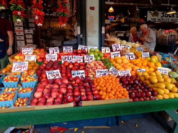 frisches, gemischtes obst auf pikes place market in seattle, washington - melonenbirne stock-fotos und bilder