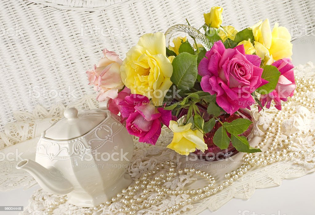 Fresh Assorted Roses and Teapot royalty free stockfoto