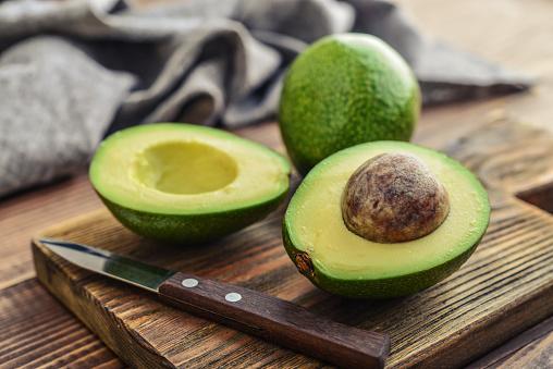 Verse Avocado Op Snijplank Stockfoto en meer beelden van Alligator