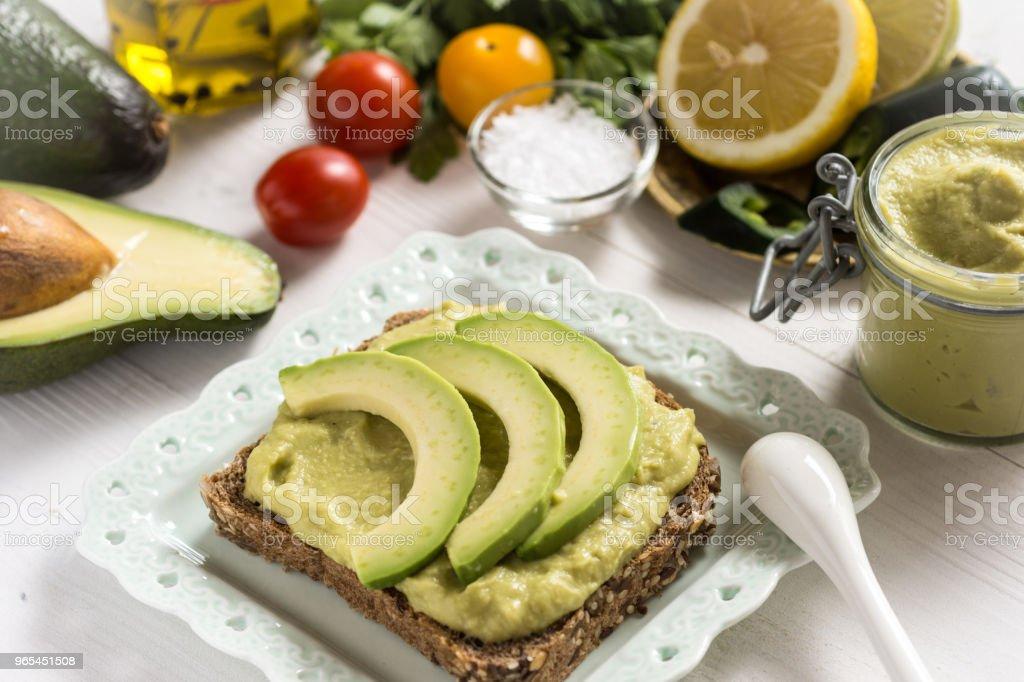 Frais de propagation avocat Guacamole comme Concept de nourriture petit déjeuner sain - Photo de Aliment libre de droits