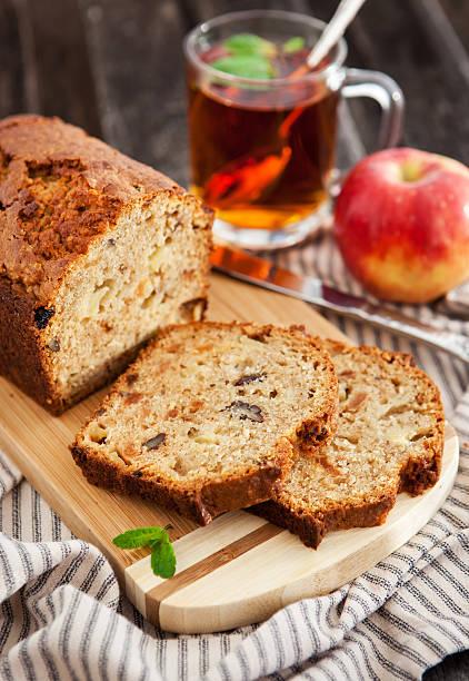 apfel-nuss-kuchen auf holz-board - zimt pekannüsse stock-fotos und bilder