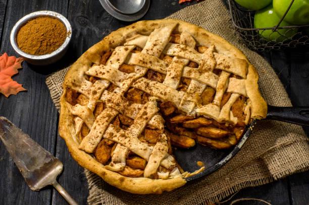 Pastel de manzana recién horneados - foto de stock