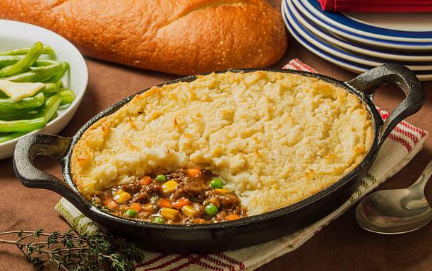 frisch gebackenes rindfleisch, shepherd's pie - gemüseauflauf mit hackfleisch stock-fotos und bilder