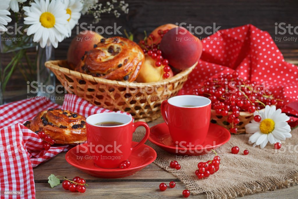 Fresh baked buns with a cup of coffee foto stock royalty-free