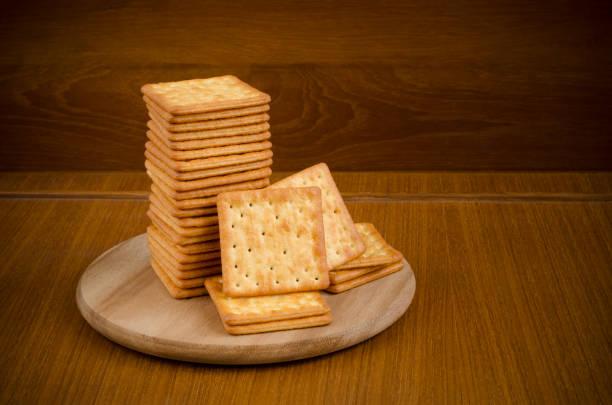 新鮮烤奶油餅乾在堆疊在木菜板圓張木桌和暗棕色背景與文本修飾的副本空間 - 克力架 個照片及圖片檔