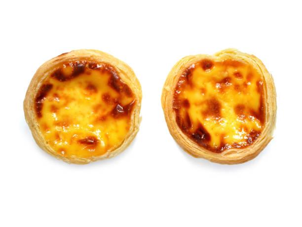 frisch gebackene eierkuchen oder pudding törtchen (pastel de nata) - portugiesische desserts stock-fotos und bilder