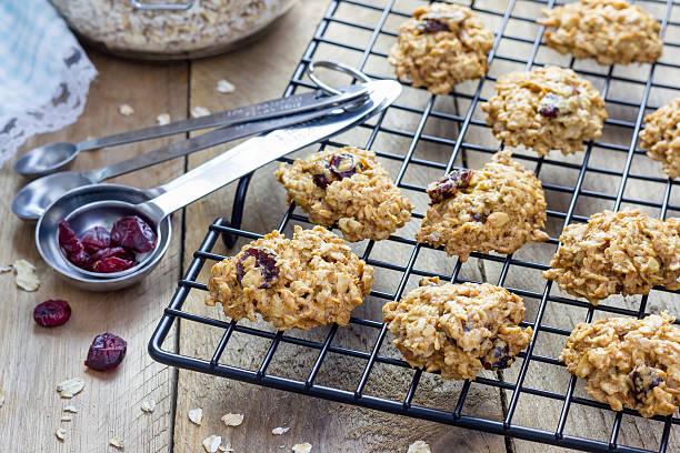 frisch gebackene hausgemachte hafer-cookies mit cranberry - hafer cookies stock-fotos und bilder