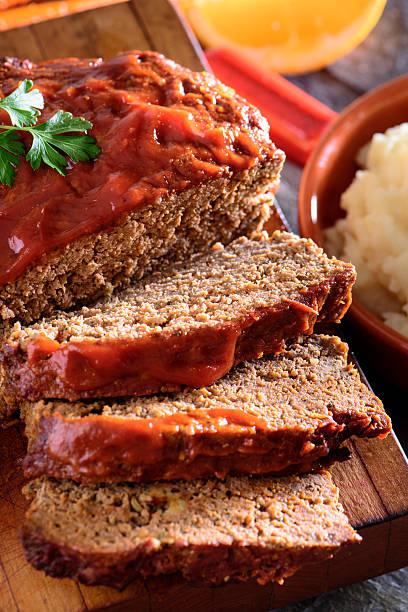 frisch gebackene tomaten sauce hackbraten mit kartoffelbrei - hackfleischbraten stock-fotos und bilder
