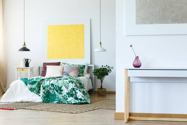 frische schlafzimmer design - paletten kopfbrett stock-fotos und bilder