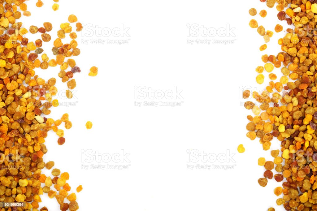 pollen d'abeille frais isolé sur fond blanc avec espace de copie pour votre texte. Vue de dessus. Poser de plat - Photo