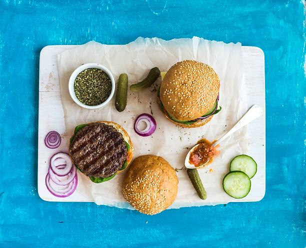 frischem rindfleisch burger mit käse und gemüse, würziger tomatensauce auf - gemüselaibchen stock-fotos und bilder