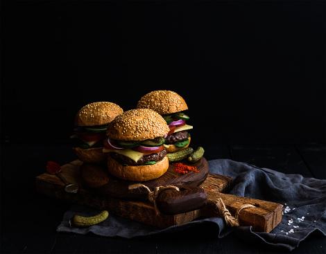 Frischem Rindfleisch Burger Mit Eingelegtem Gemüse Und Gewürze Auf Rustikal Holz Stockfoto und mehr Bilder von Basilikum