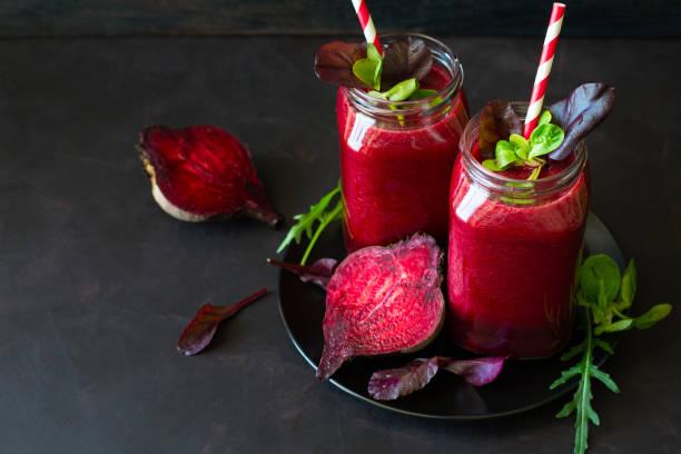 frische rote beete smoothie, rote beete, rucola und kopfsalat blätter - einmachglassmoothie stock-fotos und bilder