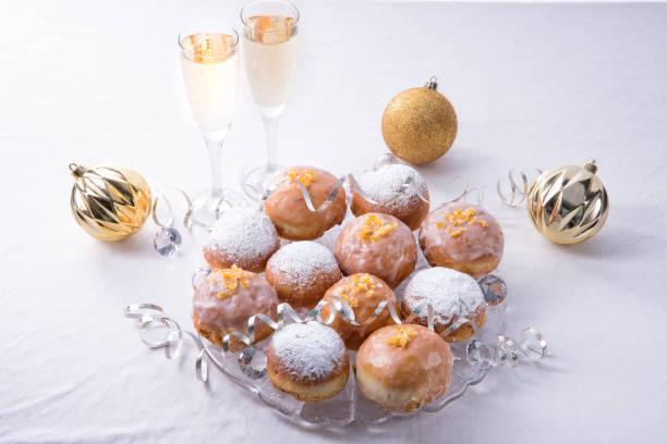 frische berliner - hausgemachte gebackene donuts stock-fotos und bilder