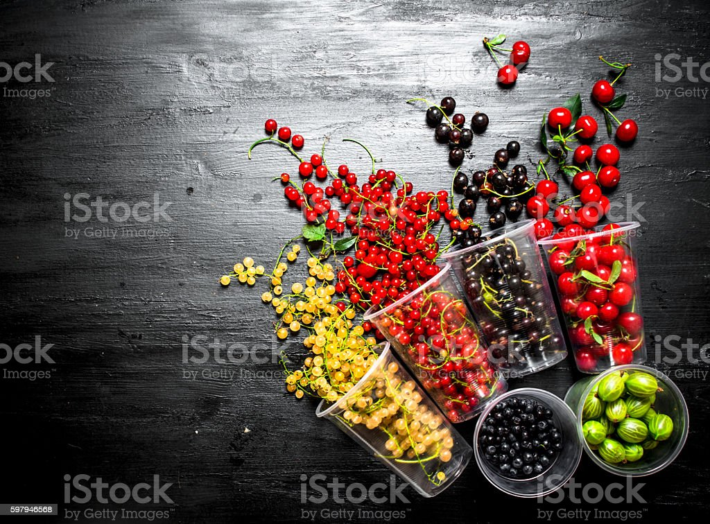 Fresh berries in glasses. On black wooden background. foto royalty-free