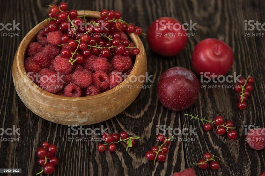 Frische Beeren auf hölzernen Tisch Lizenzfreies stock-foto