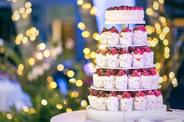 fresh berry cupcake. - orange hochzeitstorten stock-fotos und bilder
