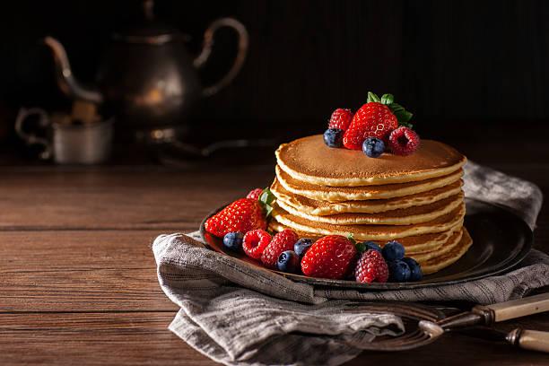 bacche freschi pancake - pancake foto e immagini stock