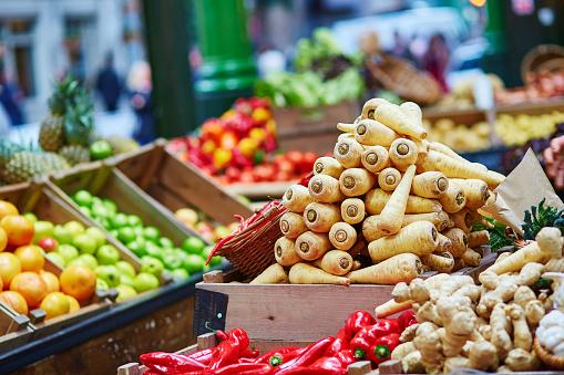 Bio Pastinaca Freschi Mercato Ortofrutticolo Di Londra - Fotografie stock e altre immagini di Agricoltore
