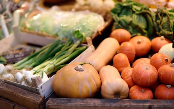 frisches bio-gemüse auf bauernmarkt in straßburg, frankreich - kürbis kaufen stock-fotos und bilder
