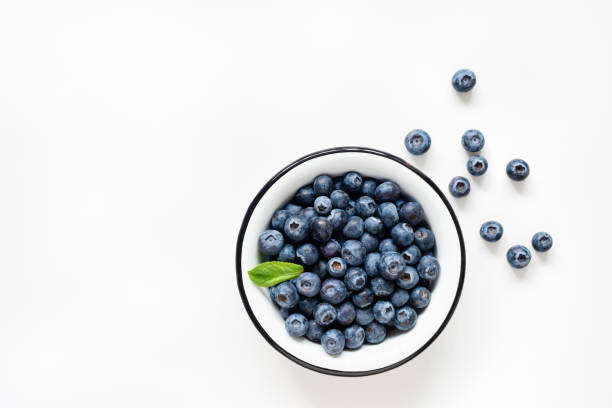 färska blåbär i skål på vit bakgrund - blåbär bildbanksfoton och bilder