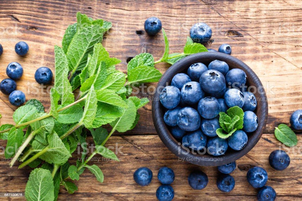 Fresh blueberries in bowl on wooden table Lizenzfreies stock-foto