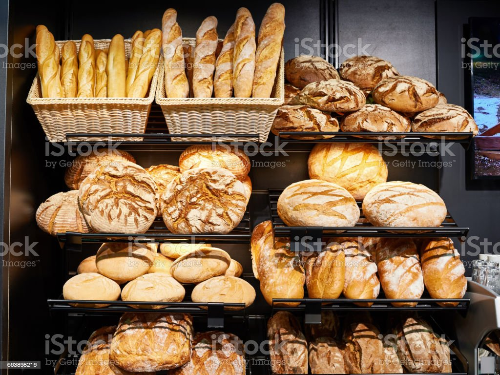 Fresh bread on shelves in bakery - foto de acervo