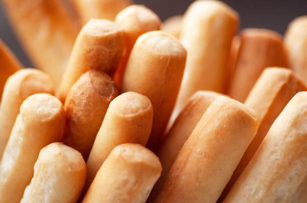 o pão fresco fura o close-up. lanche saudável. - palitinho - fotografias e filmes do acervo