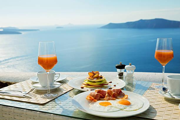 frischen frühstück in der nähe von meer - urlaub in griechenland stock-fotos und bilder