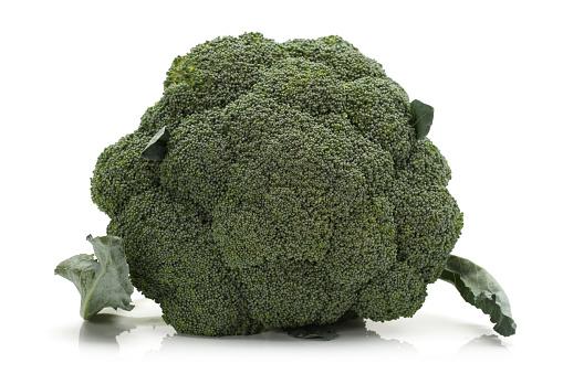 Verse Broccoli Op Witte Achtergrond Stockfoto en meer beelden van Afvallen